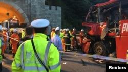 当地警察和消防员在事故现场(2017年8月11日)