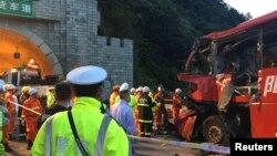 11일 중국 산시성 안캉을 지나는 베이징-쿤밍 고속도로에서 대형버스가 터널 입구와 충돌하는 사고로 36명이 죽고 13명이 다쳤다.
