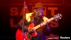 Le chanteur Blues Lucky Peterson joue de la guitare sur la scène du festival de jazz de Saint Louis à Saint-Louis, au Sénégal, 8 Juin 2014.