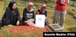 Pendamping, keluarga korban dan korban saat berziarah sambil melakukan tabur bunga di TPU Pondok Rangon, Jakarta, 13 Mei 2019. (Foto:VOA/Sasmito Madrim)