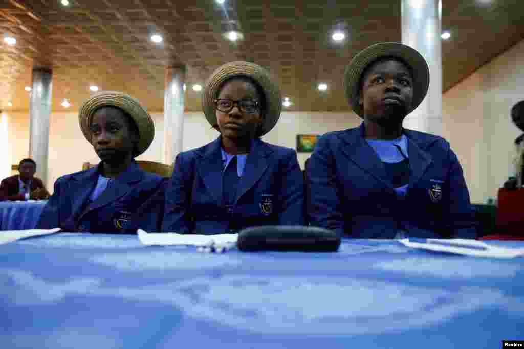 Des lycéens se sont rassemblés lors des célébrations pour la Journée internationale des réfugiés à Abuja, Nigeria, le 15 juin 2016.