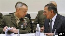 Komandant međunarodnih bezbednosnih snaga Džon Alen i sekretar za odbranu Lion Paneta na sastanku NATO-a u Briselu