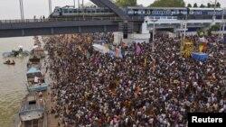 14일 인도 남부 안드라 프라드세 주의 고다바리 강변에서 열린 힌두교 행사에 신도들이 모여있다.