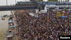 Devotees crowd to attend the Maha Pushkaralu, a Hindu festival, on the banks of river Godavari at Rajahmundry in Andhra Pradesh, India, July 14, 2015.