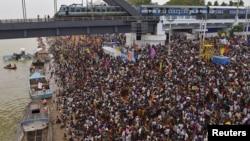 Umat Hindu India menghadiri festival Hindu Maha Pushkaralu di tepi sungai Godavari di Rajahmundry, Andhra Pradesh, India (14/7).