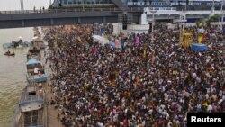 2015年7月14日,印度教信徒在安得拉邦哥達瓦里河畔慶祝浴河節。