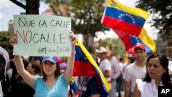 Estudiantes y opositores participaron en una nueva marcha antigubernamental este viernes en Caracas.
