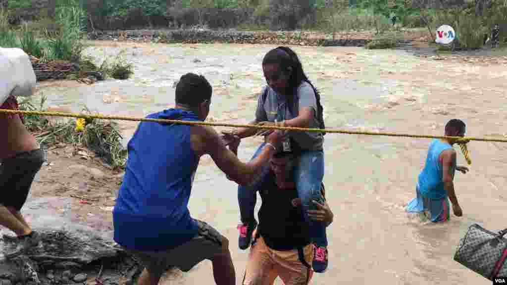 Muchas personas se vieron en la necesidad de utilizar trochas o pasos irregulares para cruzar la frontera.
