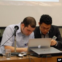 赫博特(左)帮学员建立交流平台