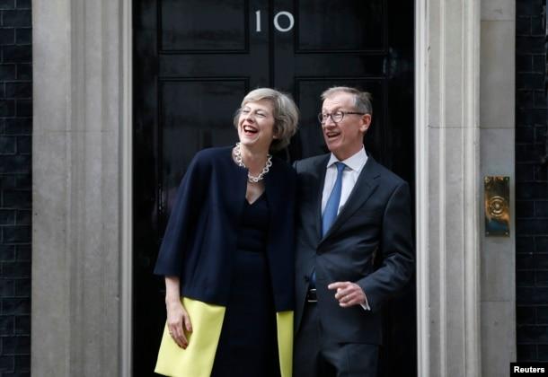 英国首相特雷莎·梅和她的丈夫菲利普在首相官邸前面(2016年7月13日)
