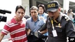 图为泰国警方2月16日带走伊朗嫌疑人
