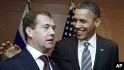 드미트리 메드베데프 러시아 대통령(왼쪽)과 바락 오바마 미 대통령(오른쪽) (자료사진)