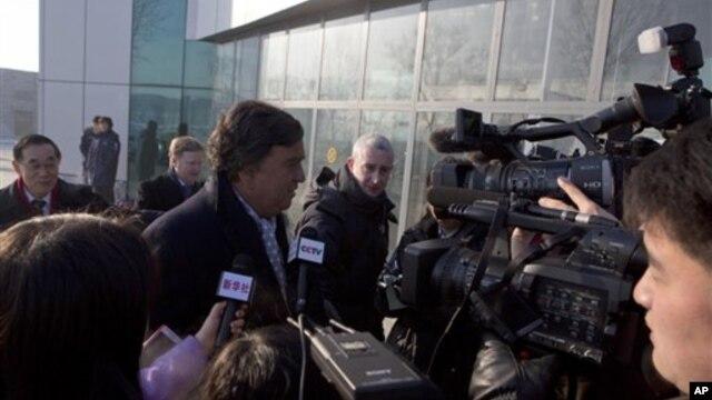 10일 북한 방문을 마치고 중국 베이징으로 출국하기에 앞서, 평양 순안 공항에서 기자들에게 둘러쌓여 있는 미국의 빌 리처드슨 전 뉴멕시코 주지사.