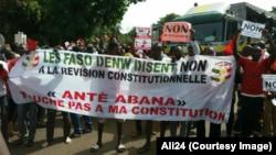 Des manifestants brandissent des affiches et des calicots disant «non» au un référendum sur un projet de révision de la Constitution prévu le 9 juillet, à Bamako, Mali, 17 juin 2017. (VOA/Ali24)