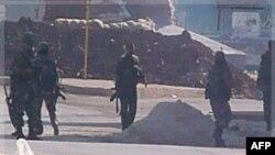 Binh sĩ Syria có mặt tại một trạm kiểm soát của quân đội ở Hula, gần thành phố Homs