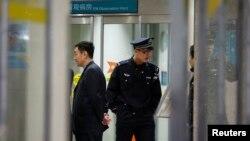 Cảnh sát canh gác tại bệnh viện nơi những người bị thương trong vụ cháy xe đang được chữa trị, ngày 29/10/2013.