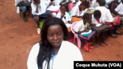 Professora angolana e alunos