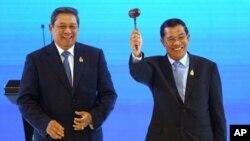 លោក ហ៊ុន សែន នាយករដ្ឋមន្ត្រីកម្ពុជាគ្រវីញញួរឈើ នៅក្រោយពេលទទួលយកភាពជាប្រធានសមាគមអាស៊ាន ពីប្រធានាធិបតីឥណ្ឌូនេស៊ី Susilo Bambang Yudhoyono ក្នុងអំឡុងពេលពិធីផ្ទេរសិទ្ធិជាប្រធាន នៅចុងបញ្ចប់នៃកិច្ចប្រជុំកំពូលអាស៊ាន (ASEAN Summit