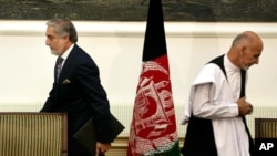 지난 2014년 당시 아프가니스탄 대통령 후보들이었던 압둘라 압둘라(왼쪽)와 아슈라프 가니. 수도 카불에서 권력 분점 합의문에 서명한 뒤 각자 자리로 이동하고 있다. (자료사진)