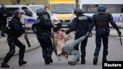Cảnh sát bắt một người đàn ông trong cuộc biểu tình phản đối dự luật lao động của chính phủ ở Nantes, Pháp, ngày 26 tháng 5 năm 2016.