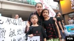 六代都居住在古洞的袁女士帶同一對8歲(前右)及5歲的女兒參加遊行,要求當局撤回新界東北發展計劃 (美國之音湯惠芸拍攝)