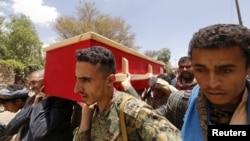 Chiến binh Houthi khiêng quan tài của đồng đội bị thiệt mạng trong cuộc giao tranh vào ngày đầu tiên của lệnh ngừng bắn tại Sana'a, Yemen, ngày 11/4/2016.