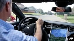 نمایی از داشبورد و صفحه لمسی خودروی برقی تسلا