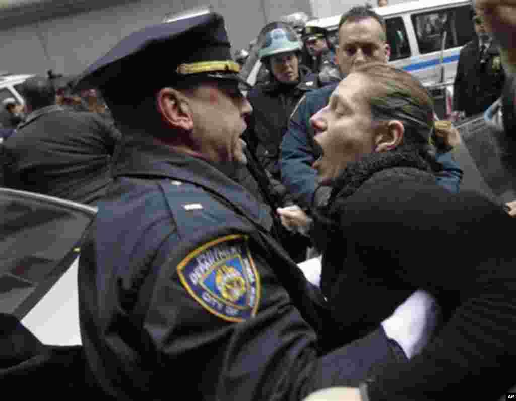 Напнати моменти на протестот пред Њујоршката берза. (AP Photo/Seth Wenig)