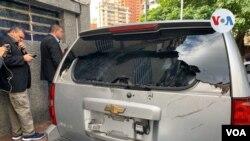 Así quedó una de las camionetas atacadas donde se trasladaban los parlamentarios. Foto: Carolina Alcalde - VOA.