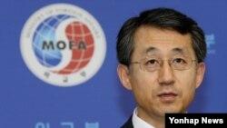 조태영 한국 외교부 대변인이 18일 정례브리핑에서 취재진의 라오스 탈북민 입국확인에 대한 질문에 답변하고 있다.