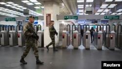 法國巴黎地鐵系統軍隊巡邏。