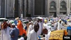 Les pèlerins sur l'esplanade de la mosquée pour accomplir la prière de vendredi, à la Mecque, Arabie saoudite, 8 septembre 2017. (VOA/Siriki Barro)