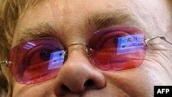Elton Con partnyoru ilə bərabər Milad günü dünyaya gələn uşağı övladlığa götürüb