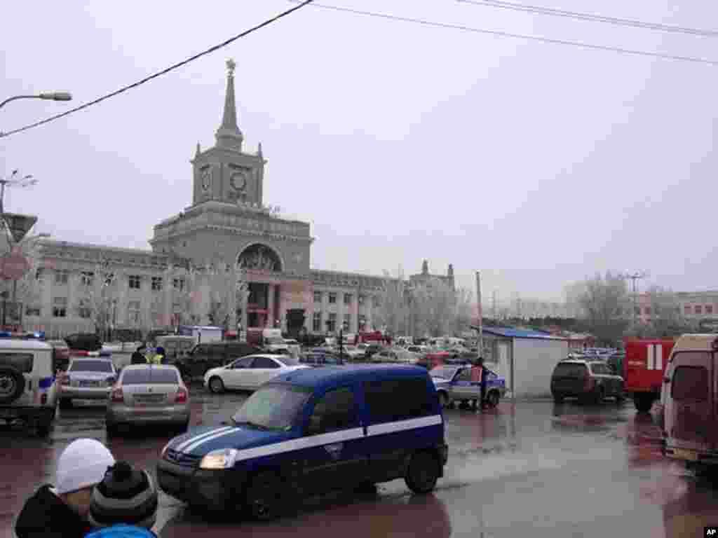 مأموران اورژانس در حال نزدیک شدن به میدانی که در ورودی اصلی ایستگاه راه آهن ولگاگراد در آن واقع است - عکس با تلفن همراه گرفته شده.