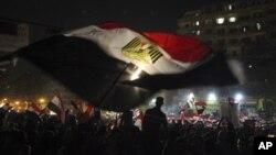 Egipcios delebran la victoria de Mhoammed Morsi, en la plaza Tahrir de El Cairo, este lunes 25 de junio de 2012.