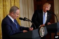 ປະທານາທິບໍດີ ດໍໂນລ ທຣຳ ແລະນາຍົກ ອິສຣາແອລ ທ່ານ Benjamin Netanyahu ທີ່ກອງປະຊຸມຖະແຫຼງຂ່າວຮ່ວມກັນ ຢູ່ທຳນຽບຂາວ.