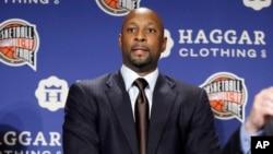 El exjugador de la NBA, Alonzo Mourning, escucha el anuncio de las inducciones al Salón de la Fama 2014 del baloncesto estadounidense.