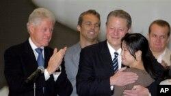 지난 2009년 8월 북한에 억류된 미국인 여기자 두 명의 석방을 위해 빌 클린턴(왼쪽) 전 미 대통령이 북한을 방문했다. 미국 캘리포이나주 버뱅크의 밥 호프 공항에 도착한 클린턴 전 대통령이 로라 링 기자와 앨 고어 전 부통령이 포웅하는 모습을 지켜보고 있다.
