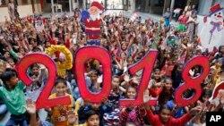 Des enfants réunis à l'école pour les voeux du Nouvel An, Ahmadabad, Inde, le 30 décembre 2017.