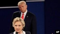 El candidato presidencial republicano Donald Trump escucha a la candidata presidencial demócrata Hillary Clinton durante el segundo debate presidencial en Washington University en St. Louis, el 9 de octubre de 2016.