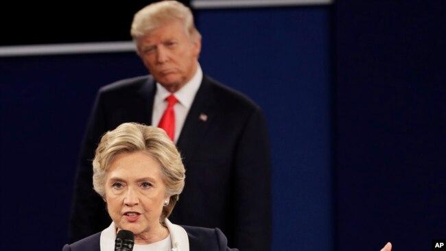 Tư liệu - Hillary Clinton và Donald Trump trong cuộc tranh luận tổng thống thứ hai vào ngày 9 tháng 10, 2016 ở thành phố St. Louis, bang Missouri