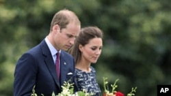 Britain's Prince William and his wife Catherine the Duchess of Cambridge place a wreath at the National War Memorial in Ottawa, Canada, June 30, 2011