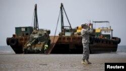 6일 충남 태안 해안가에서 열린 미한 연합 합동 해안양륙군수지원 훈련에 참가한 K55 자주포가 바지선에서 내려 해변에 상륙하고 있다.