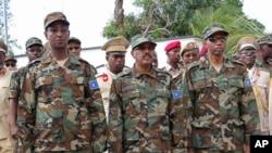 Perezida wa Somaliya Abdullahi Mohamed hagati, ministre wa mbere Hassan Ali Khayre i buryo hamwe n'umukuru w'ibiro bikuru vya gisirikare