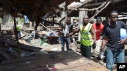 Des équipes de secours cherchant des victimes après l'explosion d'une bombe dans un marché à Maiduguri le 2 juin 2015 ( Photo AP/Jossy Ola)
