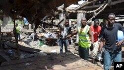 បុគ្គលិកជួយសង្គ្រោះនៅទីកន្លែងកើតហេតុនៃការផ្ទុះគ្រាប់បែកឃាតកម្មនៅផ្សារមួយនៅក្នុងទីក្រុង Maiduguri នៃប្រទេសនីហ្សេរីយ៉ា កាលពីថ្ងៃអង្គារ ទី២ ខែមិថុនា ឆ្នាំ២០១៥។ (រូបថត៖ AP/Jossy Ola)