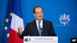 Tổng thống Pháp Francois Hollande nói chuyện với giới truyền thống vào lúc cuối hội nghị EU kéo dài hai ngày ở Brussels, 20/12/2013