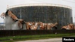 انبار نفت در نزدیکی شهر جنوبی سادریفت، تگزاس که در توفان هاروی آسیب دید.