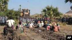 Nông dân Myanmar đối mặt với cảnh sát chống bạo động tại khu vực khai thác mỏ Letpadaung, Monywa phía tây bắc Myanmar hồi năm 2014.