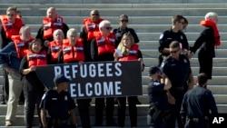 Líderes religiosos y los miembros de grupos de derechos humanos son arrestados por la policía del Capitolio de EE. UU., durante una protesta que llama al Congreso a no poner fin al programa de reasentamiento.
